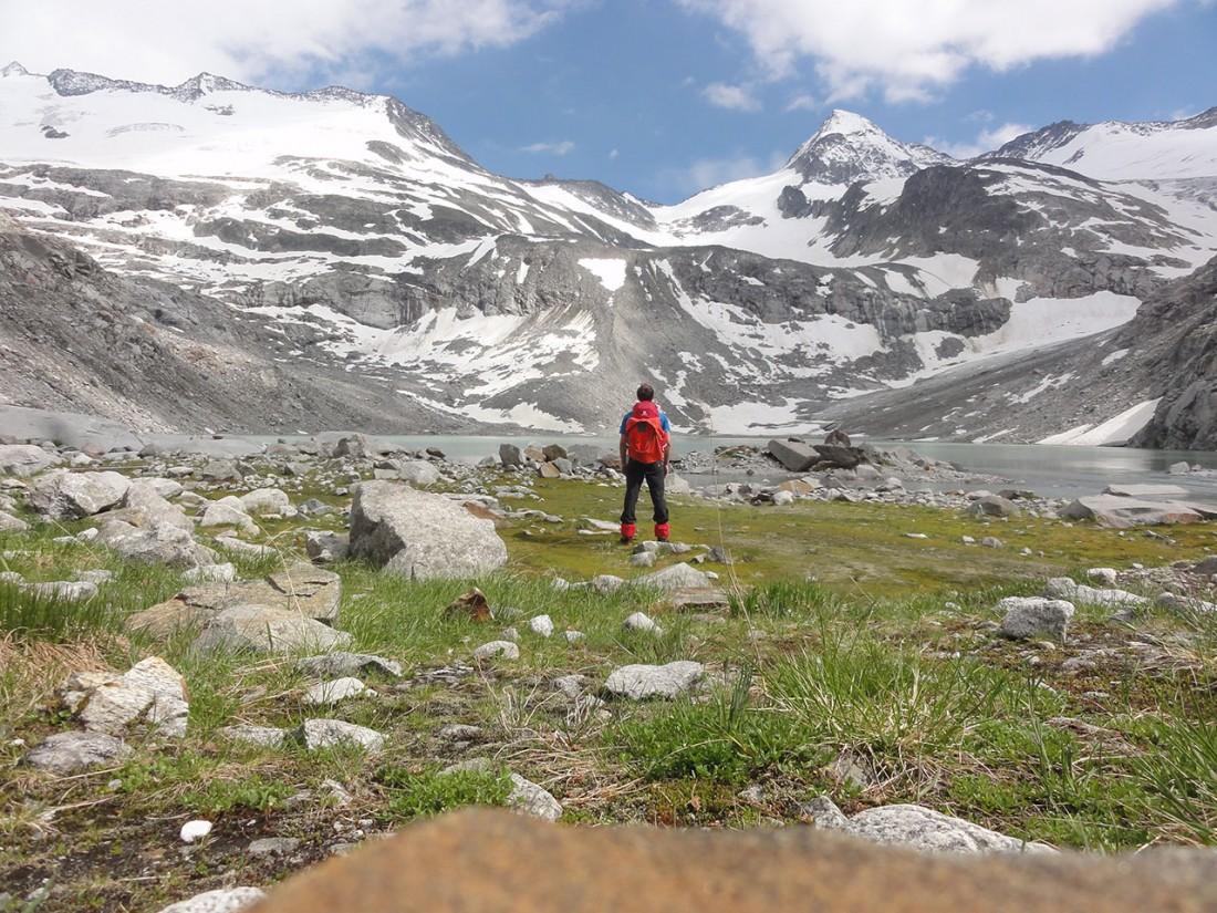 Arnoweg: Am Ufer des Sulzsees mit Blick Richtung Großen Geiger (3360 m) rechts im Bild