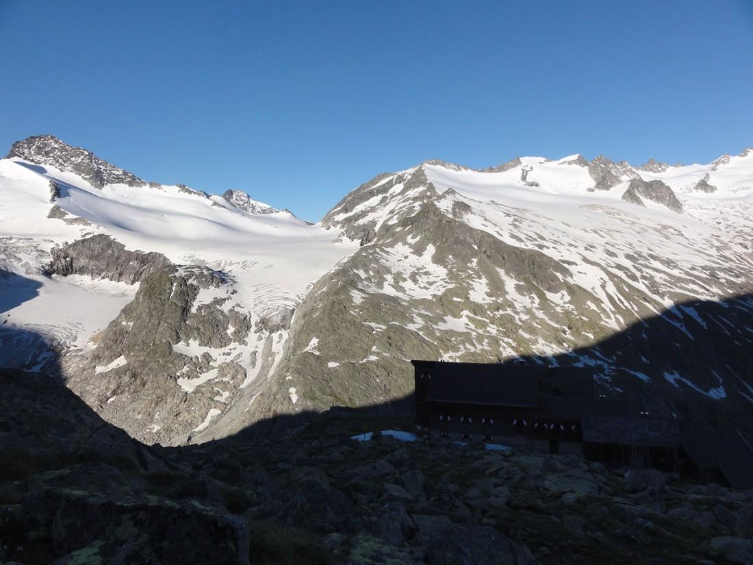 Arnoweg: Während die Kürsinger Hütte noch im Schatten ist, glänzen das Obersulzbachkees bereits.