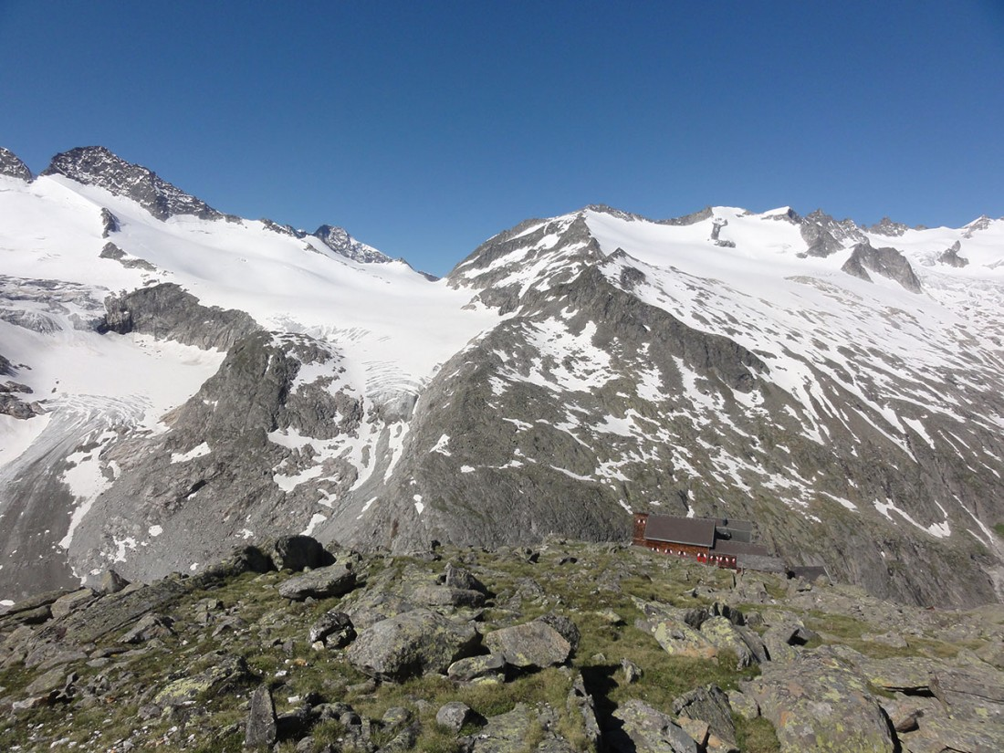 Arnoweg: Beim Abstieg zur Kürsinger Hütte wird diese bereits von der Sonne geküsst.