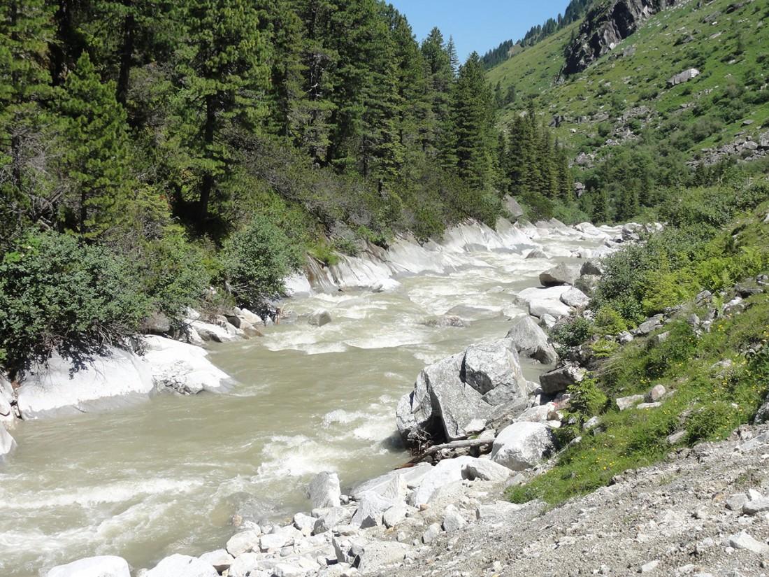Arnoweg: Das Flußbett des Obersulzbachs ist an den Rändern komplett glatt geschliffen.