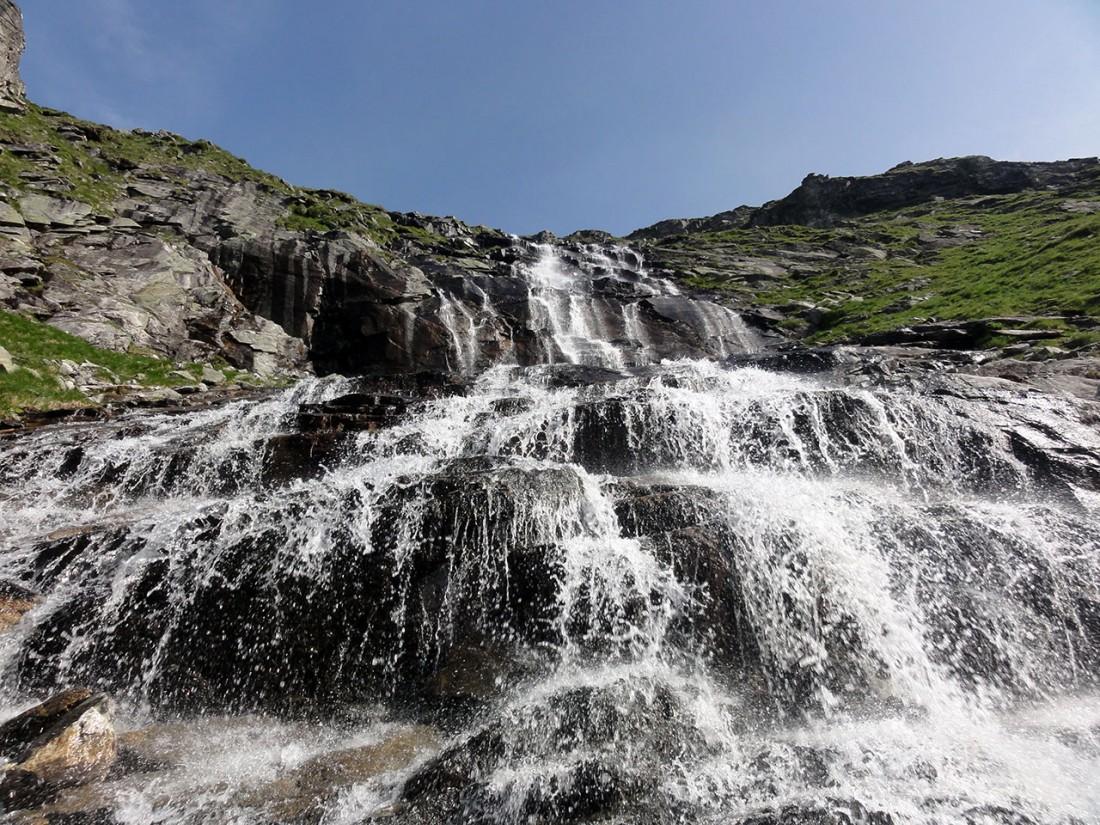 Arnoweg: Der Weg durchquert die Unterseite eines Wasserfalls unter dem Dichtensee.
