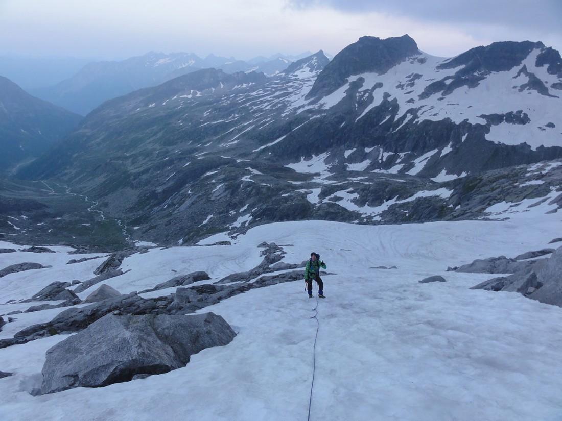 Arnoweg: Angeseilt geht es über den Gletscher Richtung Granatscharte.
