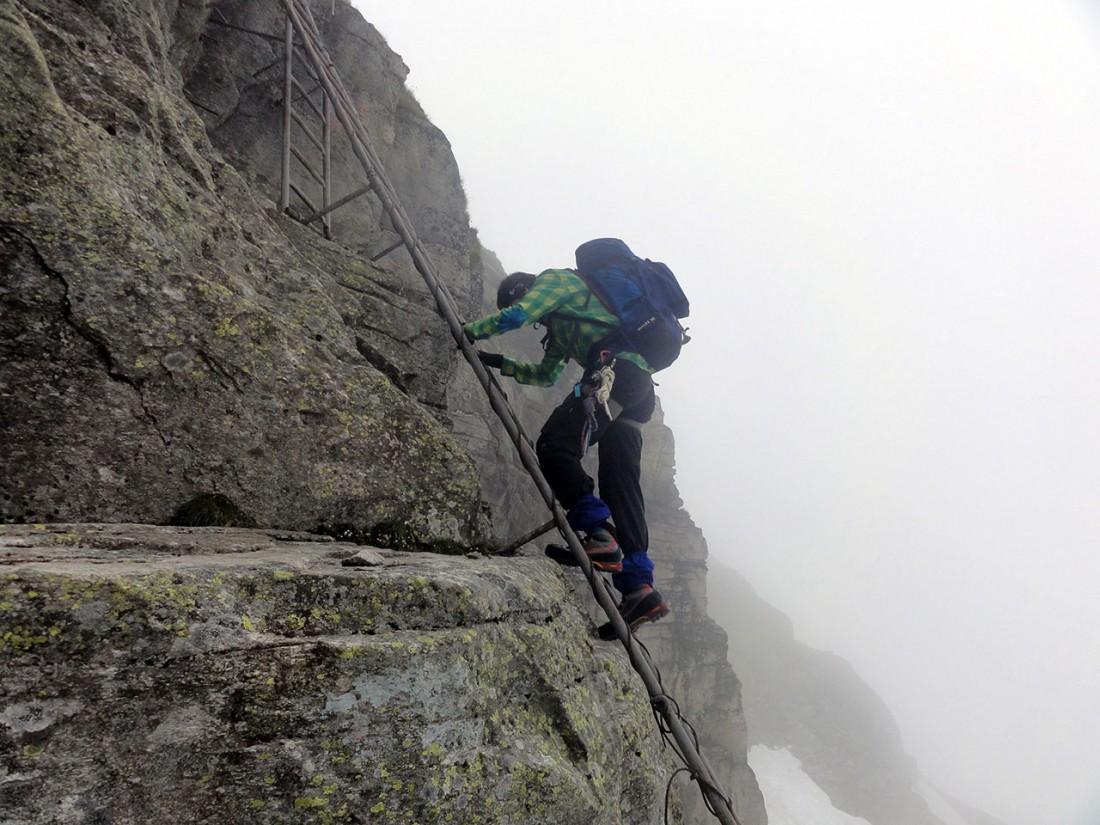 Arnoweg: Der Abstieg über die Felsstufe ist gut gesichert.