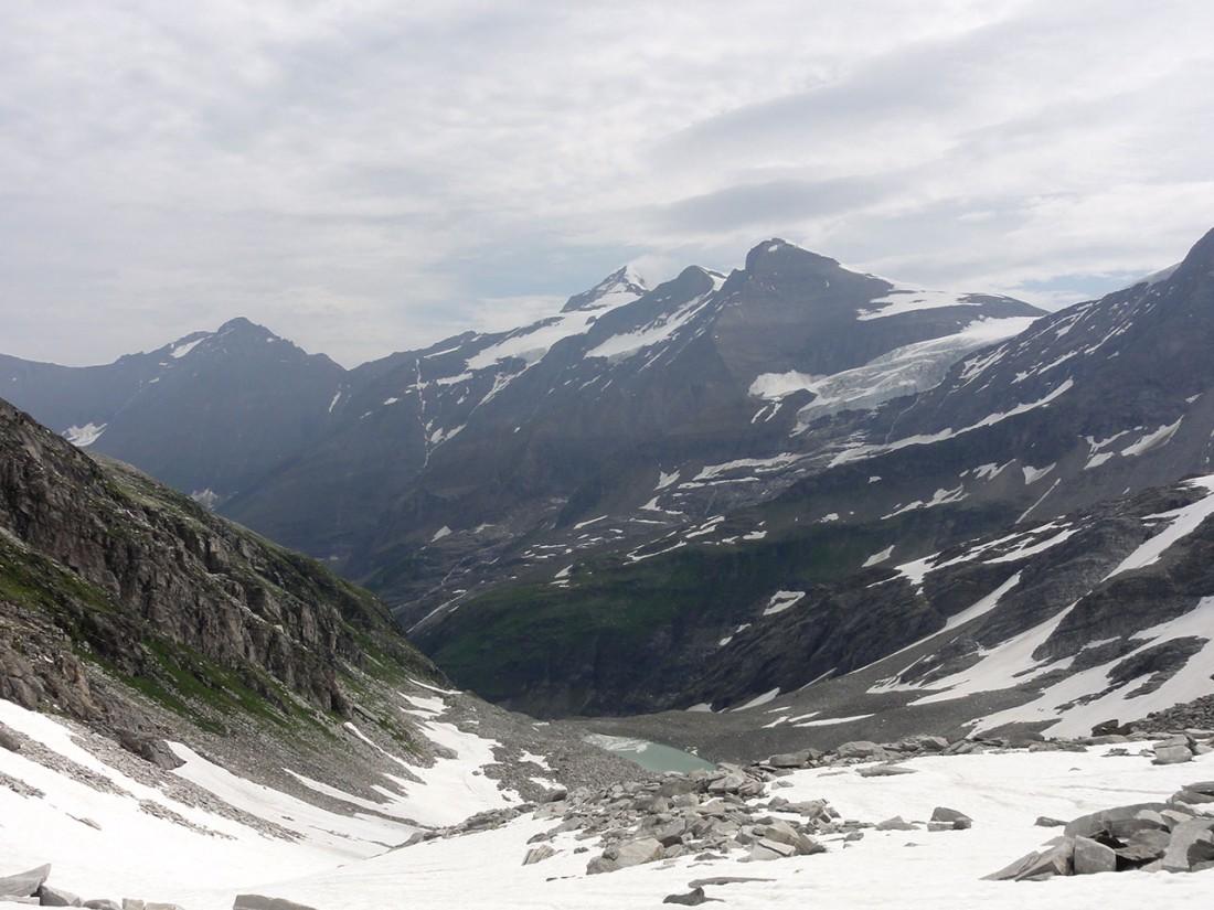 Arnoweg: Blick Richtung Osten mit Hoher Tenn (3368 m) links, Großes Wiesbachhorn (3564 m) mit Wolkenhaube, und Klockerin (3419 m) rechts