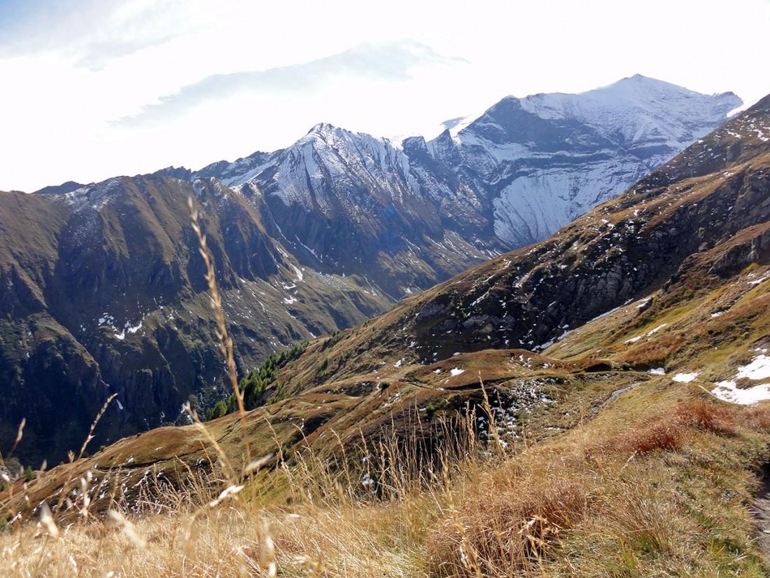 Arnoweg: Der Weg bergab schlängelt sich durch herbstliche Berghänge.