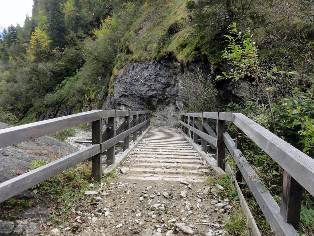 Arnoweg: Der Abstieg nach Fusch an der Glocknerstraße führt über eine gut befestigte Brücke über den Hirzbach.