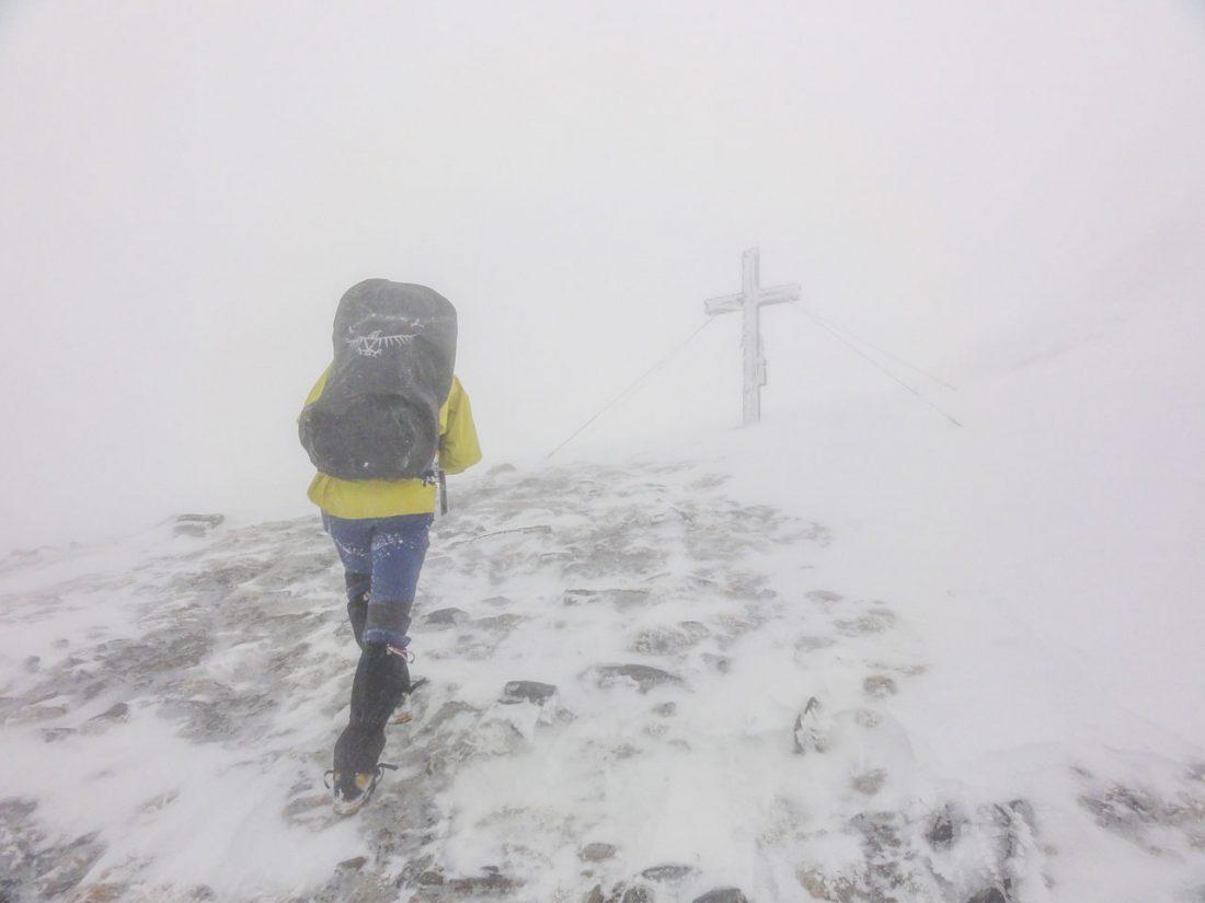 Arnoweg: Das Kreuz auf der Pfandlscharte bei extremen Bedingungen