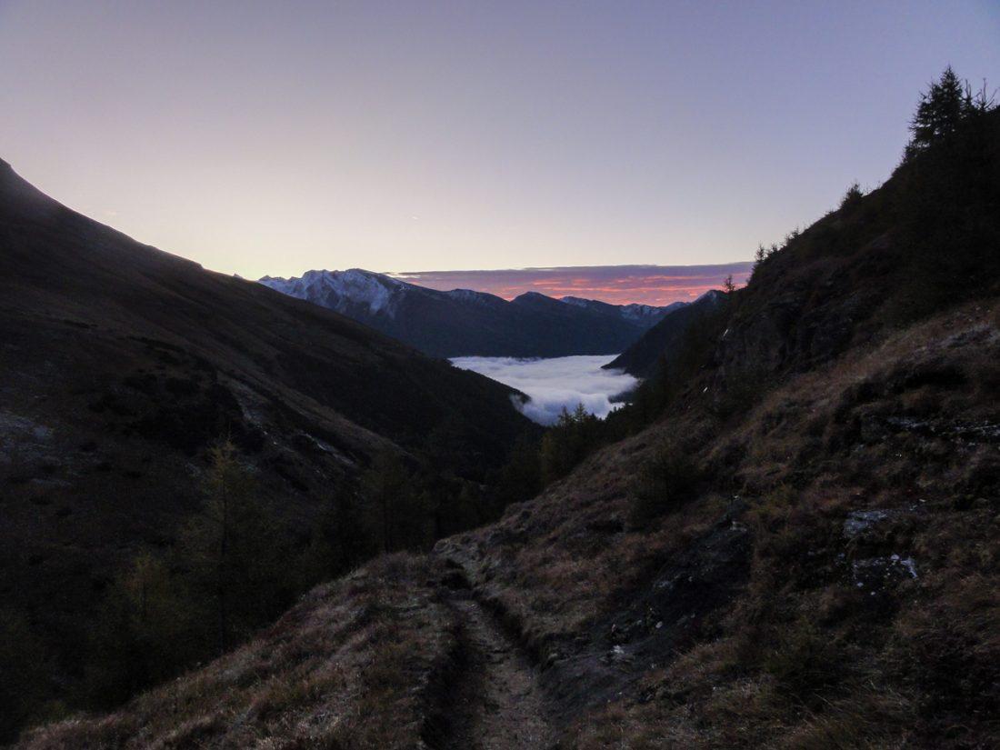 Arnoweg: Abstieg nach Heiligenblut im Nebel