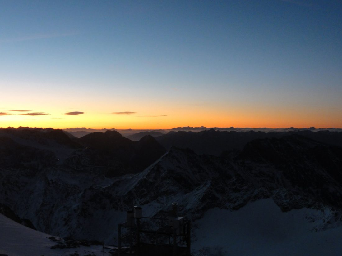 Arnoweg: Sonnenaufgang am Hohen Sonnblick mit Ausblick bis zu den karnischen Alpen