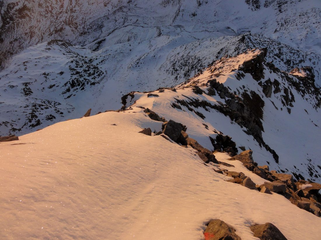Arnoweg: Der glitzernde Schnee macht den Abstieg über den Ostgrad zwar schöner, aber nicht einfacher.