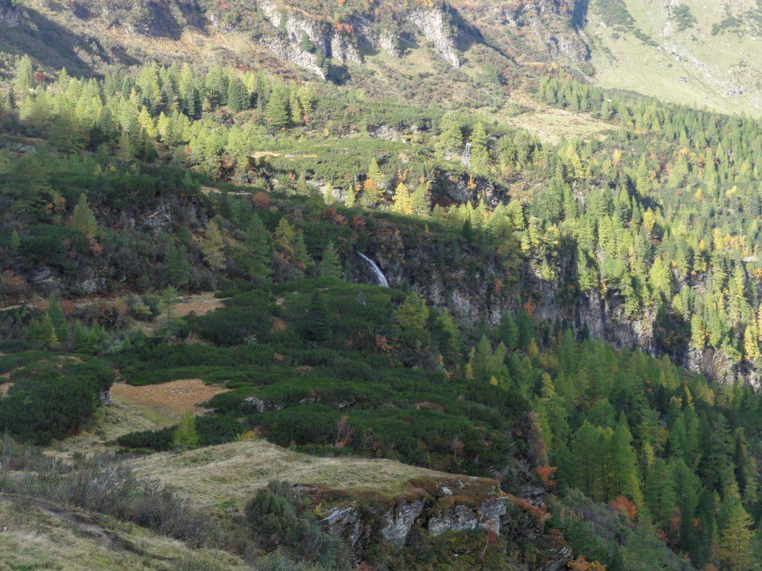 Arnoweg: Herbstliche Farbenpracht über Kolm Saigurn in Rauris