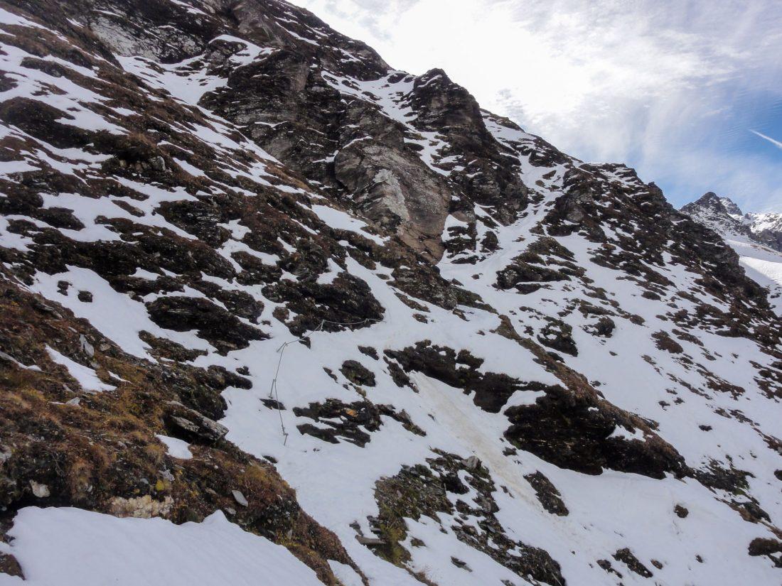 Arnoweg: Die letzten Höhenmeter unter der Scharte führen wieder durch Schnee über den steilen Flanken.