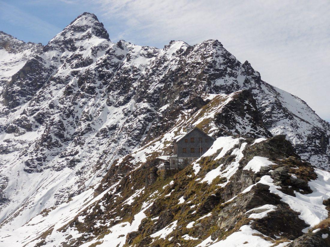 Arnoweg: Das Niedersachsenhaus (2.471 m) auf der Riffelscharte