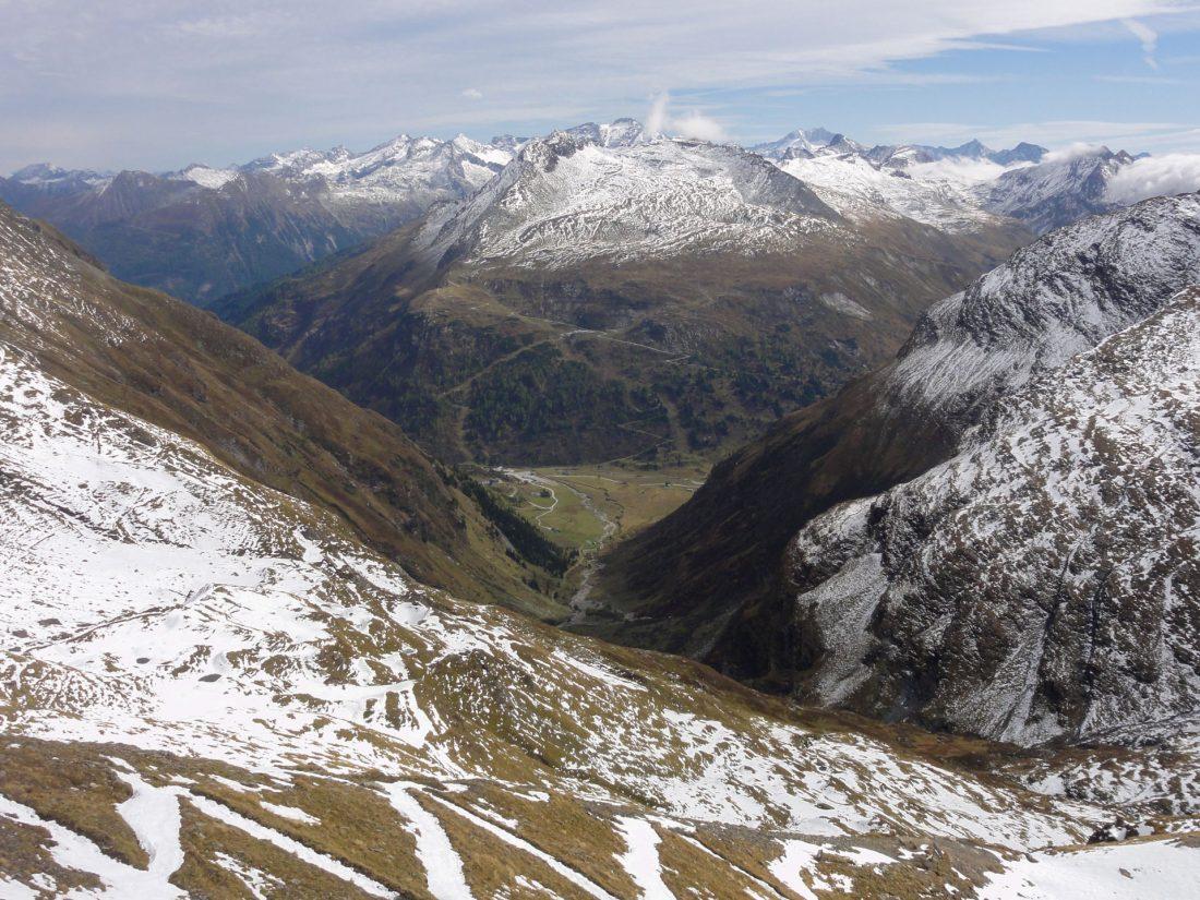 Arnoweg: Blick Richtung Osten über Sportgastein mit dem Schigebiet auf der Gegenseite